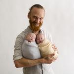 """""""séance photo nouveau-né jumelles dans les bras de son père"""""""