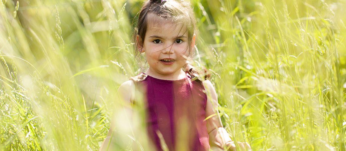 petite fille jouant les haute herbes